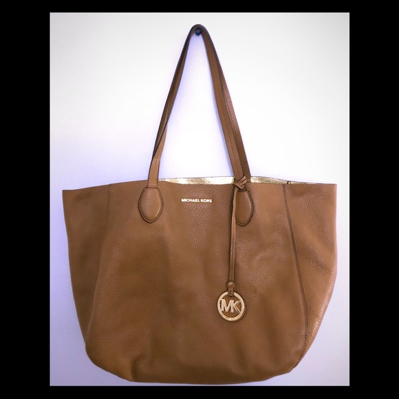 4ab3be69cfc8 REVERSIBLE Michael Kors Izzy tote w/cosmetic pouch.  M_5c3ff6fdde6f62f9e7cf8e26